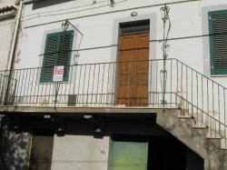 Casa singola su due livelli,da ristrutturare,con mq.600 di giardino.